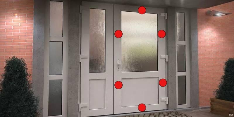пластиковая дверь с многозапорным механизмом