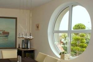 гостиная с круглым окном