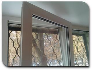 пластиковое окно вывалилось и повисло на нижней петле