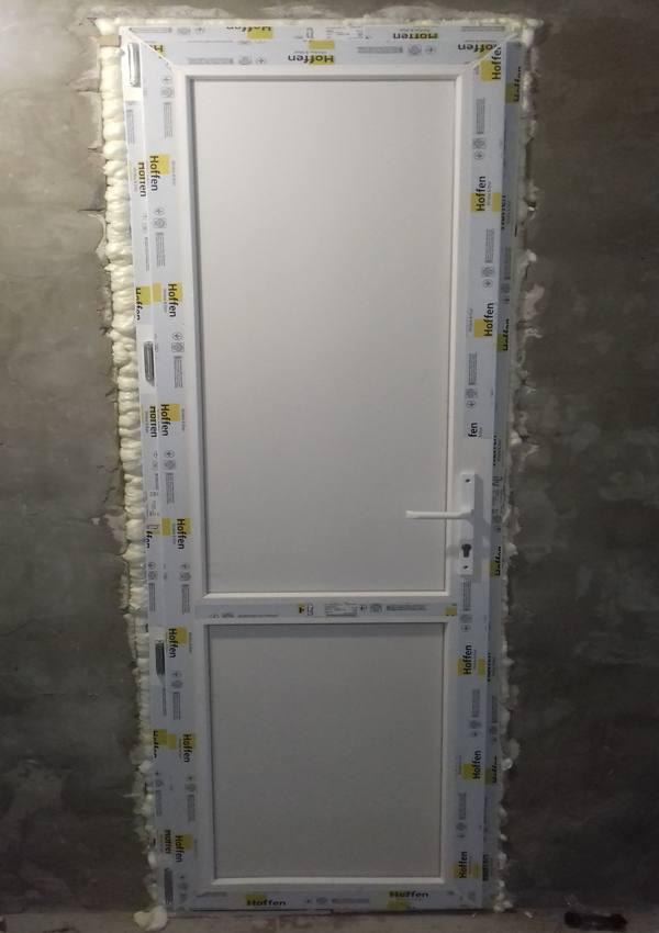 монтаж пластиковой двери