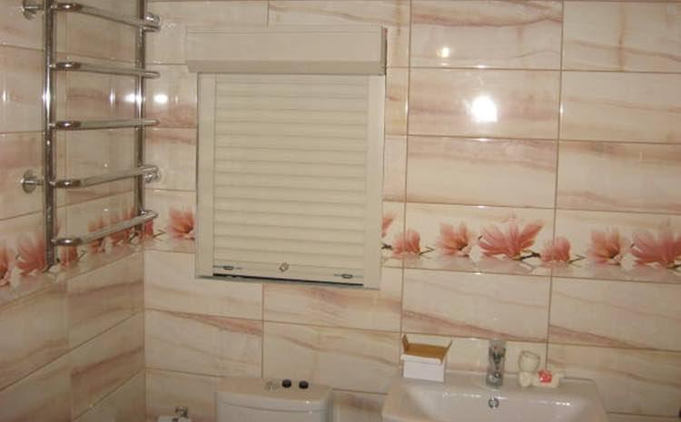 Сантехнические рольставни в туалете и их особенности
